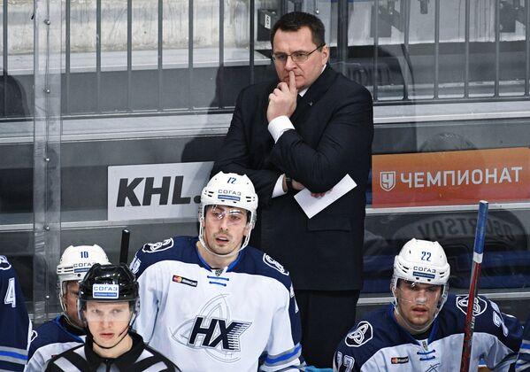 Главный тренер ХК Нефтехимик Андрей Назаров (в центре) и хоккеисты клуба