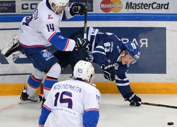 Хоккеисты Лады Рафаэль Ахметов и Дмитрий Костромитин и нападающий Динамо Владимир Брюквин (слева направо)