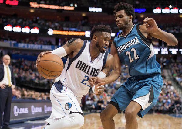 Защитник клуба НБА Даллас Маверикс Уэсли Мэттьюз (слева)