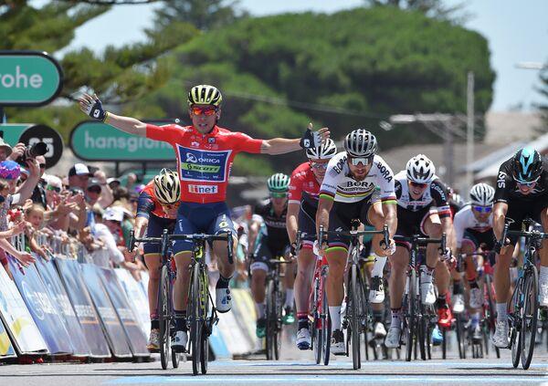 Австралийские велогонщик Калеб Эван из команды Orica-Scott (слева)
