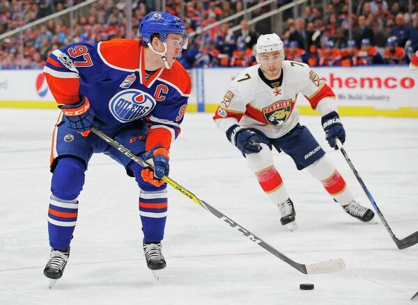 Нападающий клуба НХЛ Эдмонтон Ойлерз Коннор Макдэвид (слева)