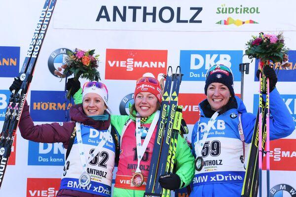 Анаис Шевалье, Лаура Дальмайер и Алексия Рунггальдье (слева направо)