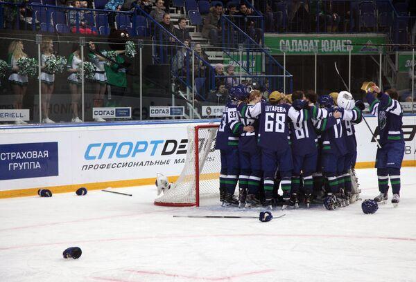 Хоккеистки сборной Запада радуются победе