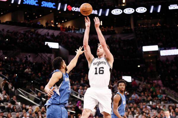 Центровой клуба НБА Сан-Антонио Сперс По Газоль (№16)