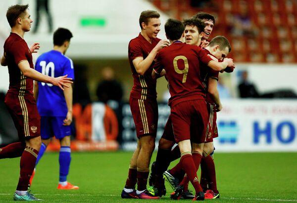 Футболисты юношеской сборной России радуются забитому мячу в финале Мемориала Гранаткина