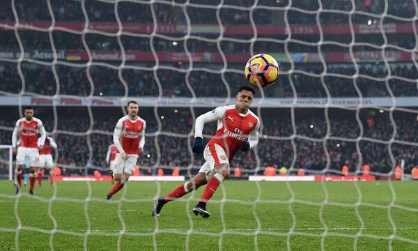 Нападающий Арсенала Алексис Санчес забивает в ворота Бернли