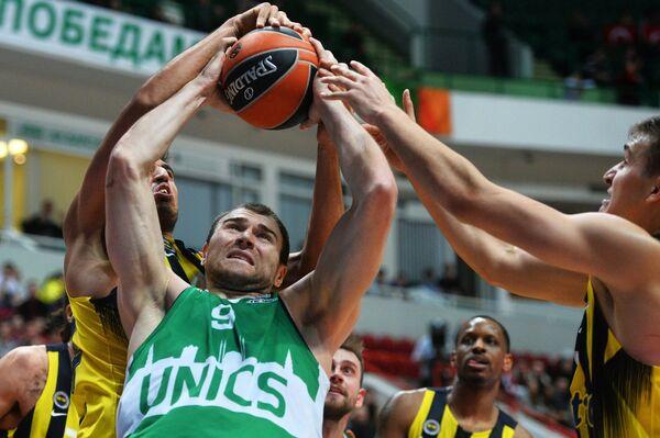 Центровой БК УНИКС Артем Параховский (второй слева)