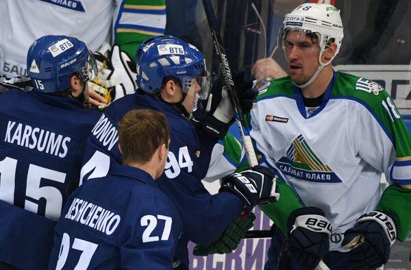 Хоккеисты Динамо Мартиньш Карсумс, Андрей Миронов, Алексей Терещенко и защитник Салавата Юлаева Сами Лепистё (слева направо)