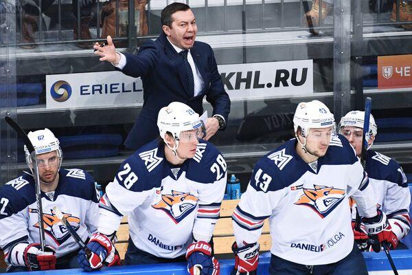 Главный тренер ХК Металлург Илья Воробьёв (в центре)