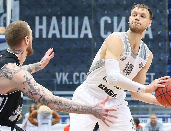 Баскетболист Нижнего Новгорода Петр Губанов (справа) в матче Единой лиги ВТБ против саратовского Автодора