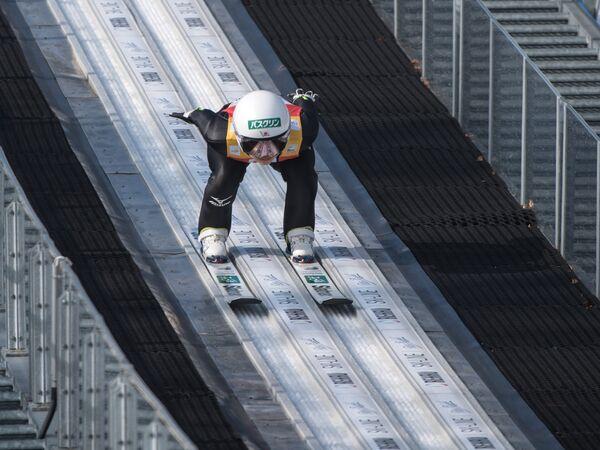Японская летающая лыжница Сара Таканаси