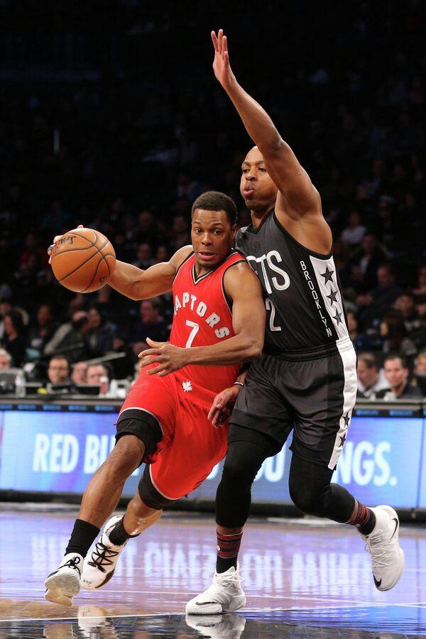 Защитник клуба НБА Торонто Рэпторс Кайл Лоури (слева)