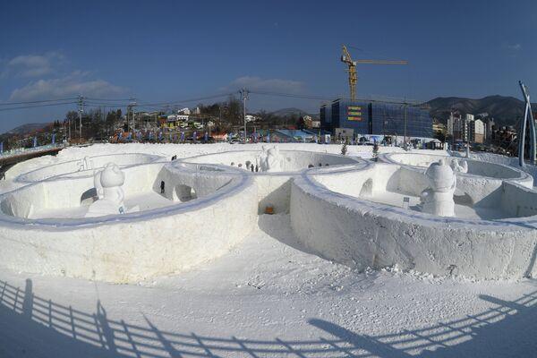 Снежные фигуры в виде олимпийских колец на снежном фестивале в Пхёнчхане