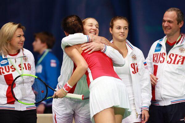 Екатерина Макарова поздравляет с победой Наталью Вихлянцеву (в центре на втором плане)