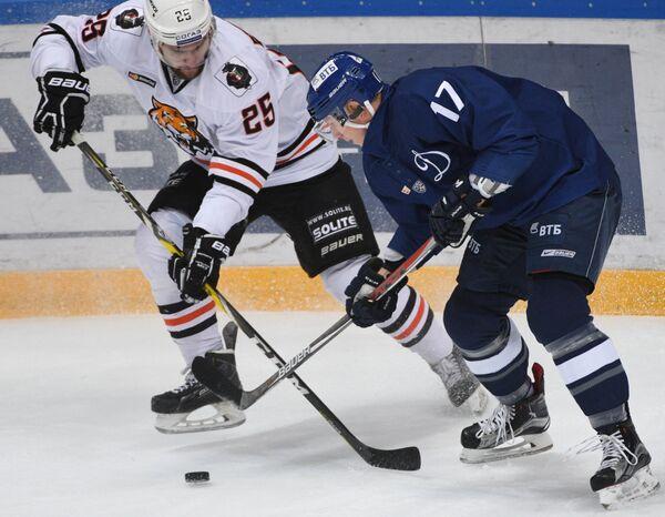 Форвард Амура Павел Дедунов (слева) и защитник Динамо Юусо Хиетанен