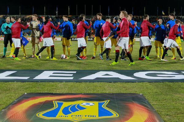 Игроки ФК Ростов и игроки ФК Спарта перед началом матча Лиги Европы
