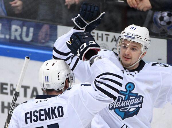 Форварды Адмирала Михаил Фисенко (слева) и Дмитрий Саюстов