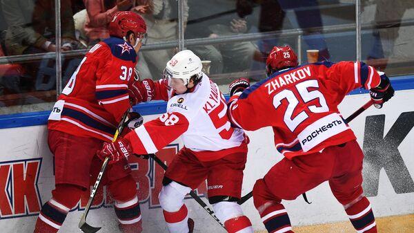 Илья Кляузов (в центре)