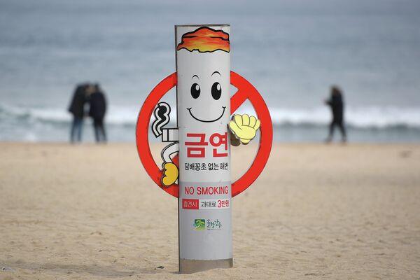 Знак о запрете курения на пляже Gyeongpo Beach в городе Каннын, Республика Корея