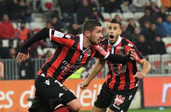 Нападающий французской Ниццы Микаэль Ле Биан (слева)