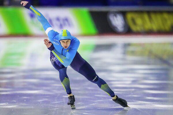 Роман Креч выступает на чемпионате мира по конькобежному спорту в спринтерском многоборье