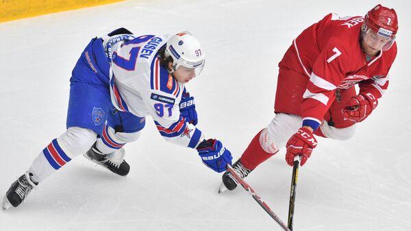 Нападающий СКА Никита Гусев (слева) и защитник Витязя Якуб Ержабек