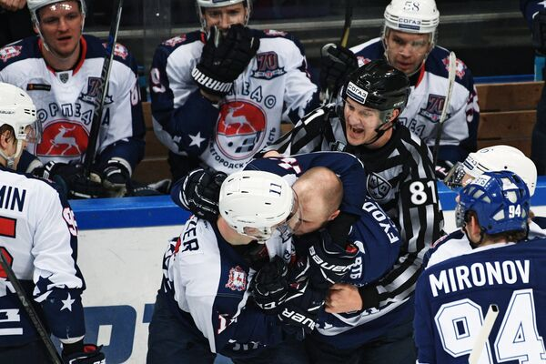 Нападающие ХК Динамо Артём Фёдоров и ХК Торпедо Евгений Мозер (в центре справа налево)