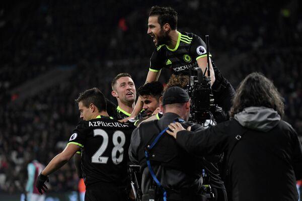Футболисты Челси радуются забитому мячу