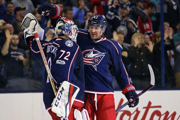Российский вратарь клуба НХЛ Коламбус Блю Джекетс Сергей Бобровский и форвард команды Скотт Хартнелл (слева направо)