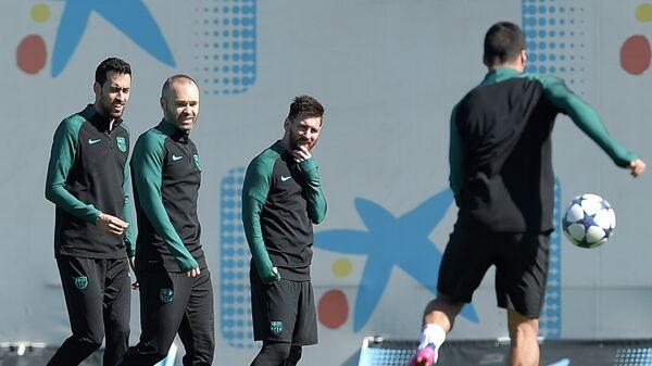 Футболисты Барселоны Серхио Бускетс, Андрес Иньеста и Лионель Месси (слева направо) на тренировке