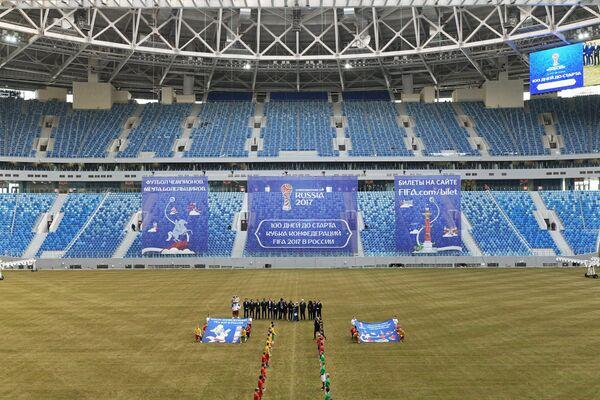 Участники акции, посвященной отметке в 100 дней до Кубка конфедераций по футболу, на футбольной арене Стадион Санкт-Петербург