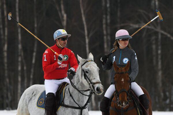 Российская спортсменка Екатерина Тюрина (справа) и швейцарский спортсмен Норман Уотсон