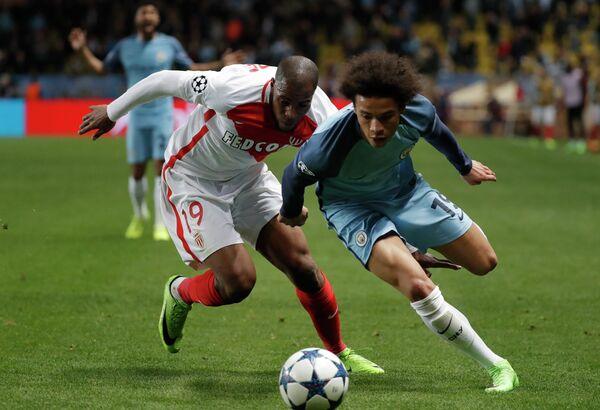 Защитник Монако Джибриль Сидибе и полузащитник Манчестер Сити Лерой Зане (слева направо)