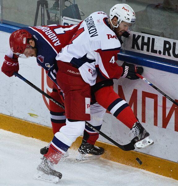 Нападающий ПХК ЦСКА Сергей Андронов (слева) и защитник ХК Локомотив Владислав Гавриков
