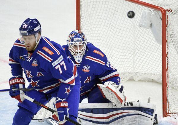 Защитник СКА Антон Белов (слева) и вратарь СКА Микко Коскинен