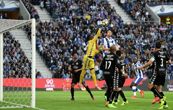 Игровой момент матча чемпионата Португалии по футболу Порту - Витория