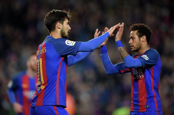 Футболисты Барселоны Андре Гомеш (слева) и Неймар