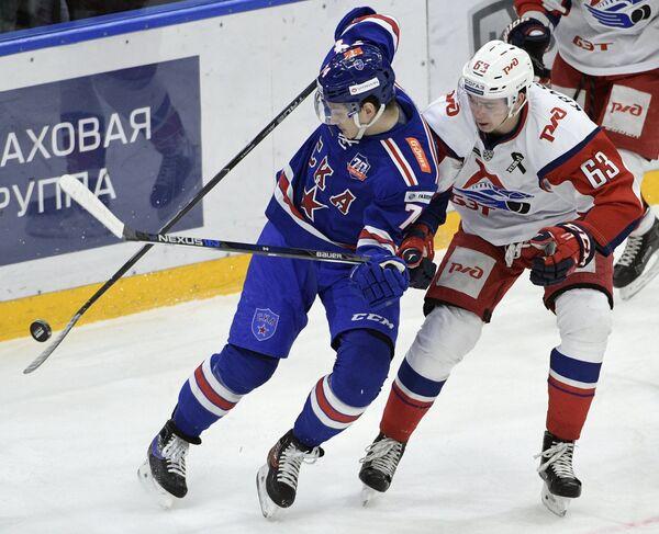 Нападающий Николай Прохоркин СКА (слева) и форвард Локомотива Павел Красковский