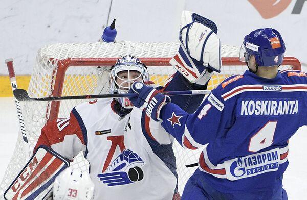 Игрок СКА Ярно Коскиранта (справа) и вратарь Локомотива Александр Судницин