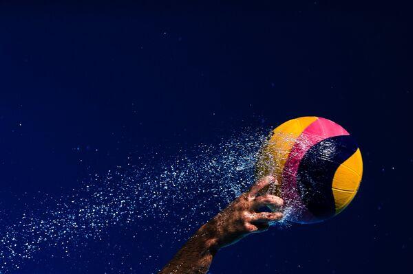 Спортсмен в матче второго предварительного раунда по водному поло среди мужчин