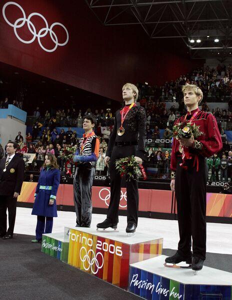 Стефан Ламбьель, Евгений Плющенко и Джеффри Баттл (слева направо) на пьедестале ОИ-2006
