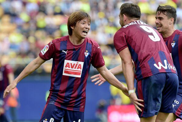 Полузащитник испанского Эйбара Такаси Инуи (слева)