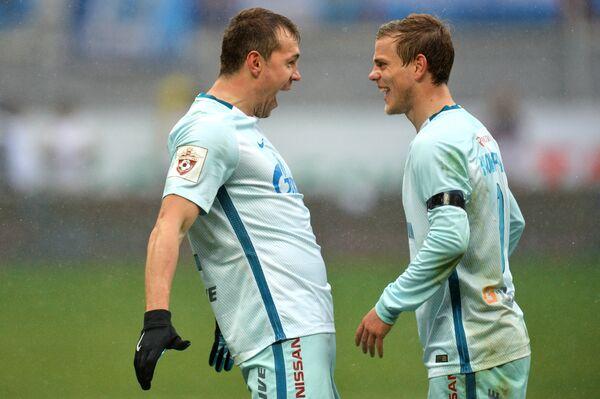 Футболисты Зенита Артём Дзюба и Александр Кокорин (справа)
