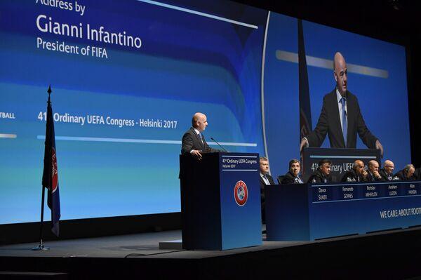 Президент ФИФА Джанни Инфантино (слева) выступает на конгрессе УЕФА