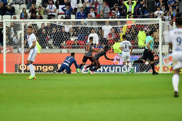 Игровой момент матча чемпионата Франции по футболу между Лионом и Лорьяном