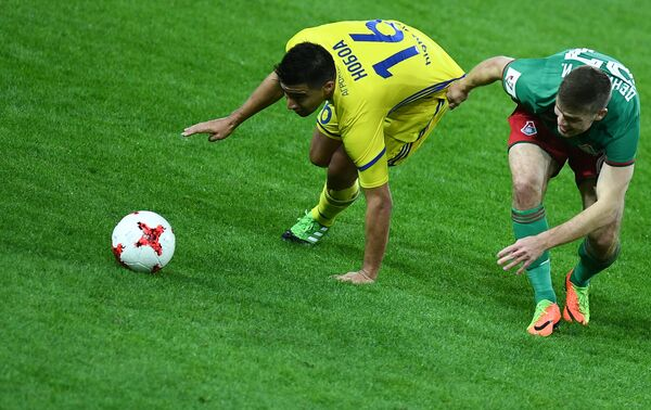 Игрок Ростова Кристиан Нобоа (слева) и игрок Локомотива Игорь Денисов