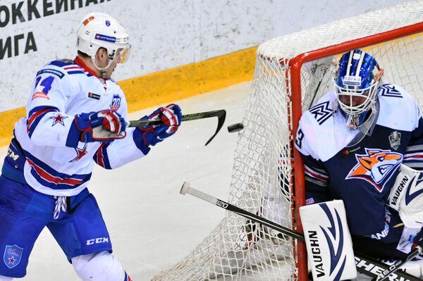 Нападающий СКА Николай Прохоркин (слева) и вратарь Металлурга Василий Кошечкин