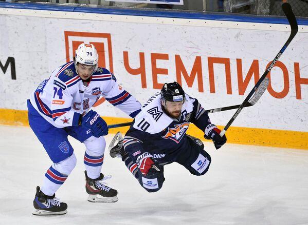 Нападающие СКА Николай Прохоркин (слева) и Металлурга Сергей Мозякин