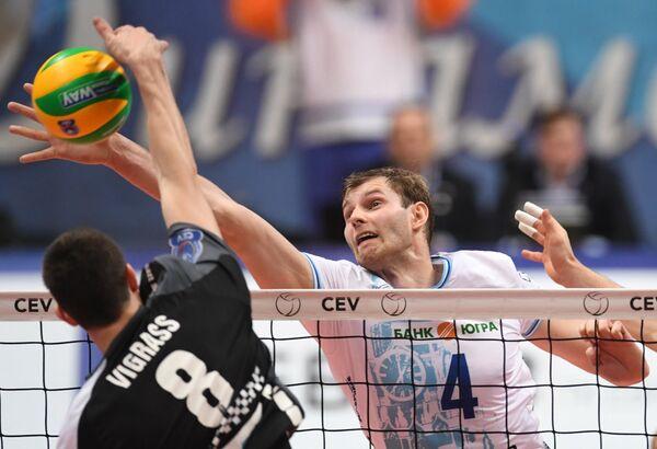 Блокирующий ВК Динамо Алексей Остапенко (справа) и блокирующий ВК Берлин Грэхем Виграсс