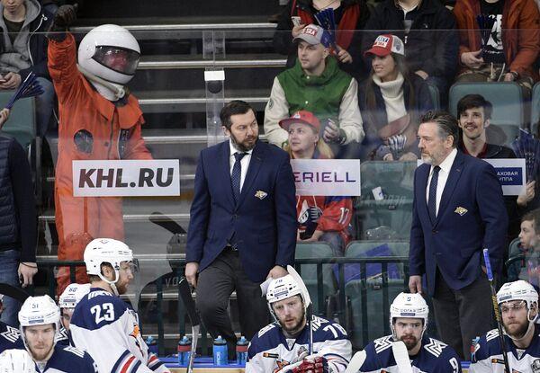 Главный тренер Металлурга Илья Воробьёв (в центре) и старший тренер Металлурга Майкл Пелино